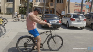 Calum Von Moger Cruises Venice Beach & Arms Workout for Mass | Building Von Moger